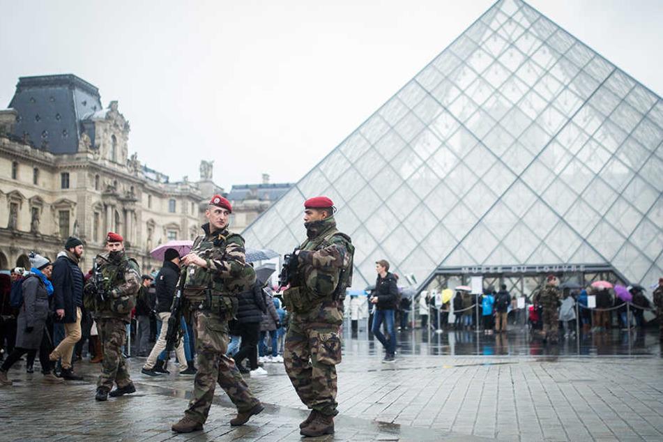 Der Vorplatz des Louvres musste evakuiert werden. (Archivbild)