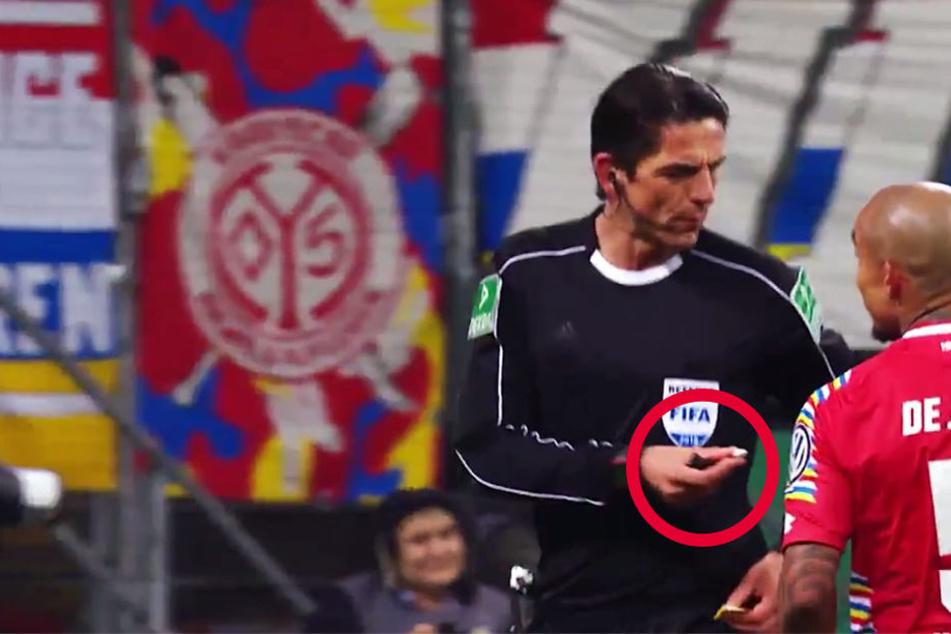 Der Screenshot aus dem Video des DFB-Pokals zeigt, Aytekin bot die Kamelle sogar den Spielern an.