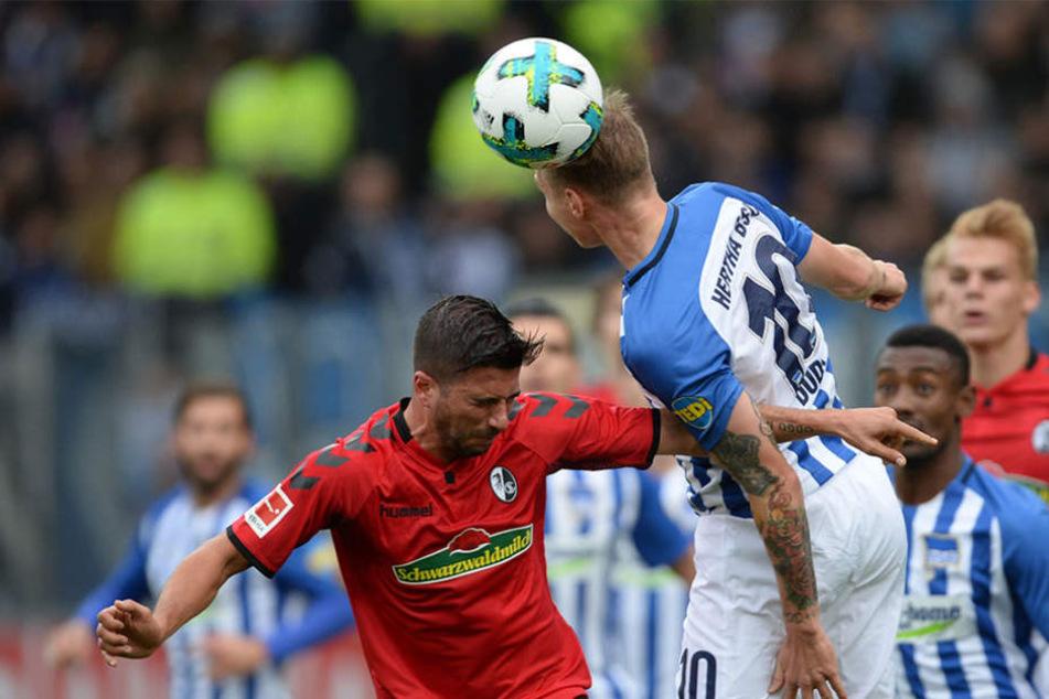 Marco Terrazzino (l) von Freiburg und Ondrej Duda (r) von Berlin kämpfen um den Ball.