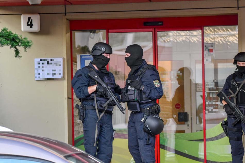 Bei einer Großrazzia am Freitag in Magdeburg hat die Polizei vier Verdächtige festgenommen.