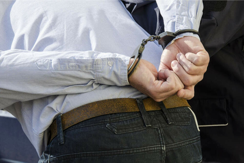 Der Mann wurde von der Polizei verhaftet (Symbolbild).