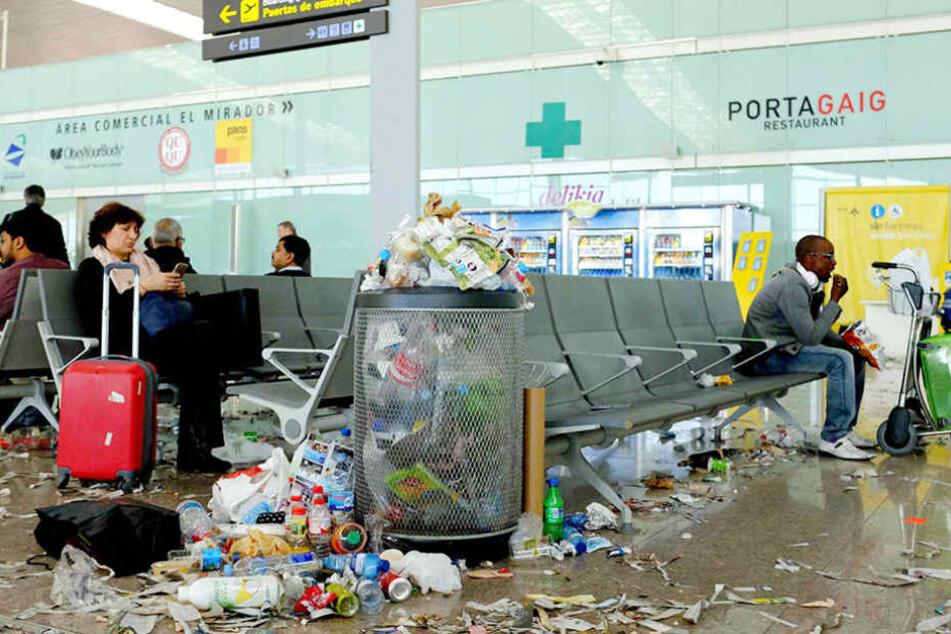 Wer derzeit in Barcelona landet oder von dort abfliegt, darf keine Angst vor Dreck haben.