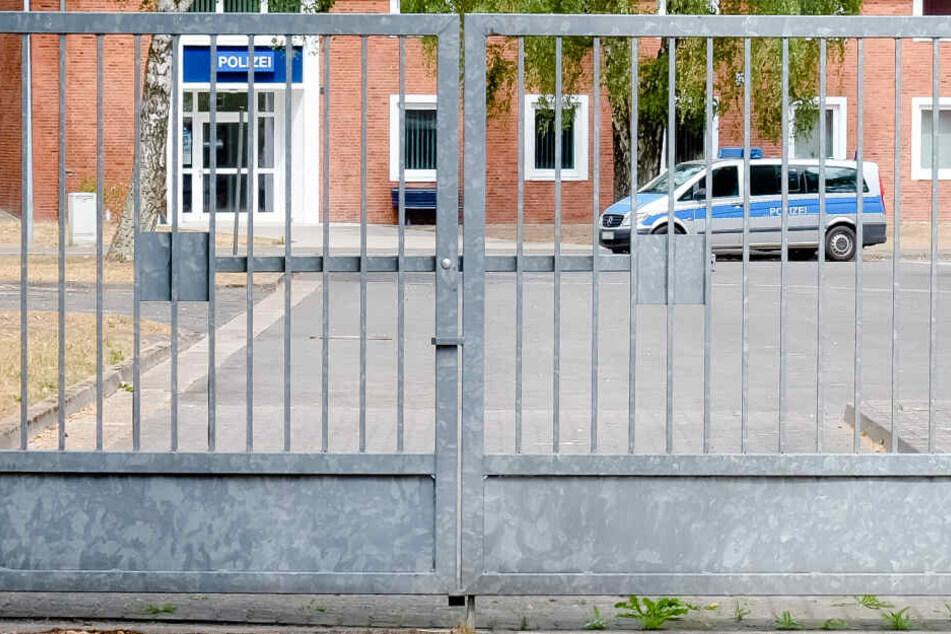 Ein Streifenwagen steht vor der Polizeiwache der Landesunterkunft für Flüchtlinge in Schleswig-Holstein.