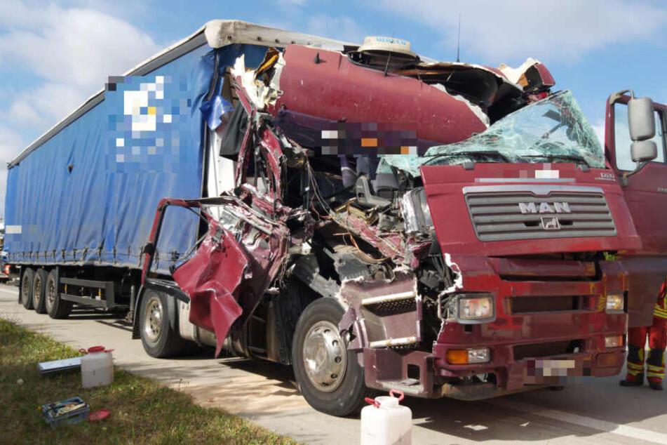 A71 gesperrt! Laster rasen ineinander, Fahrerkabine komplett zerstört