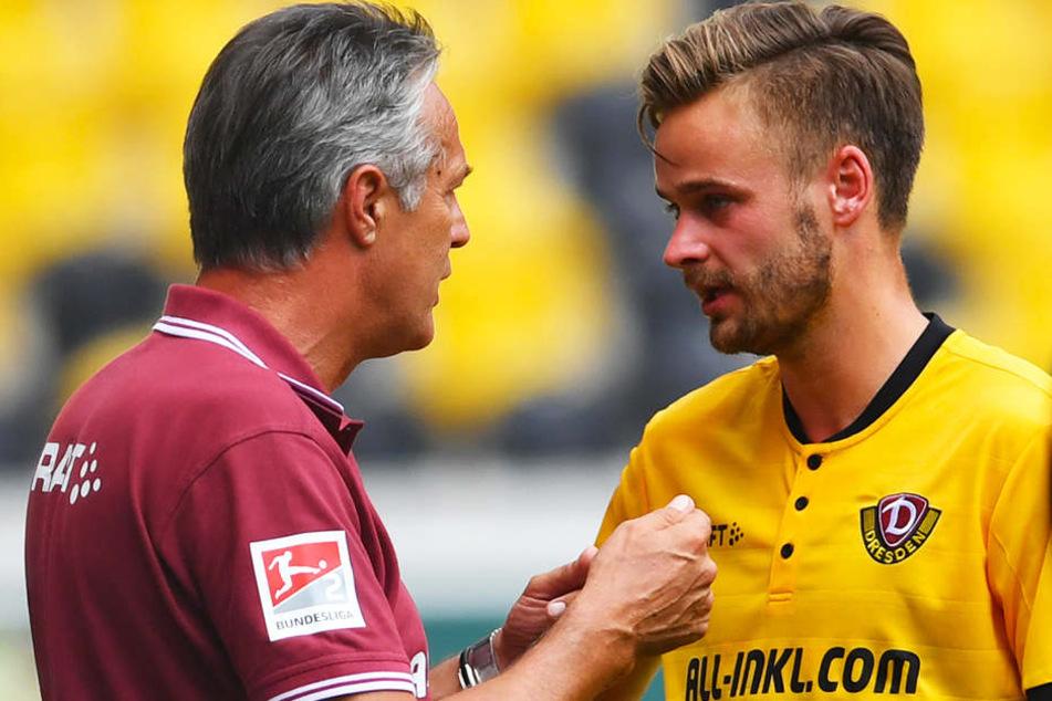 Für Trainer Uwe Neuhaus (l., hier im Gespräch mit Lucas Röser) war die Niederlage gegen Aston Villa kein Weltuntergang.