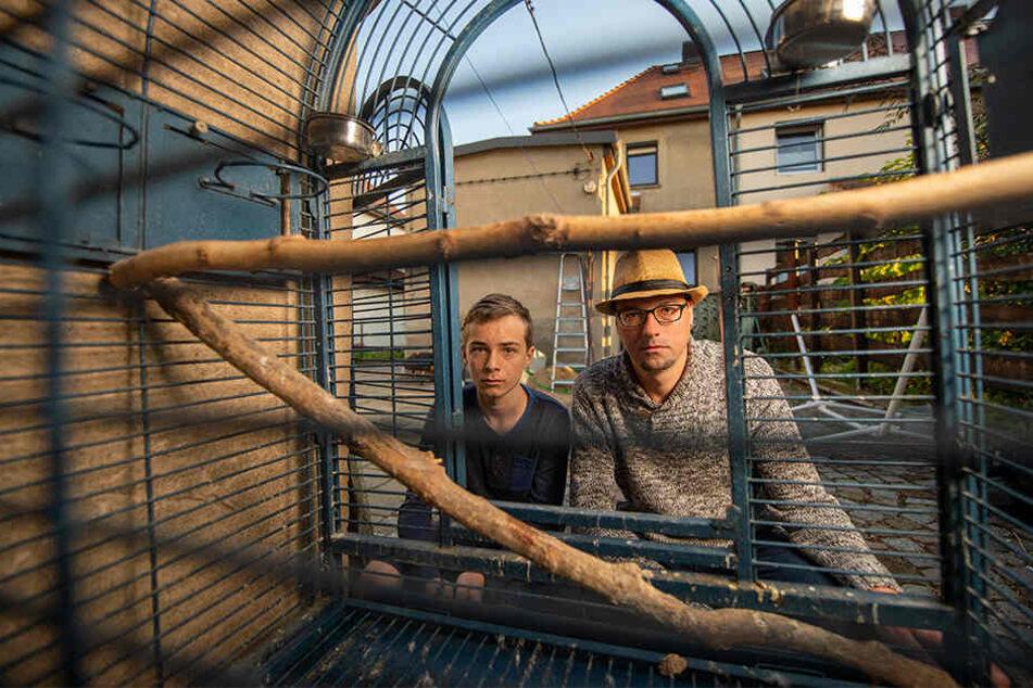 Dirk Mücke und Sohn Tommy vor dem leeren Papageien-Käfig am Carport im Hinterhof Ihres Hauses.