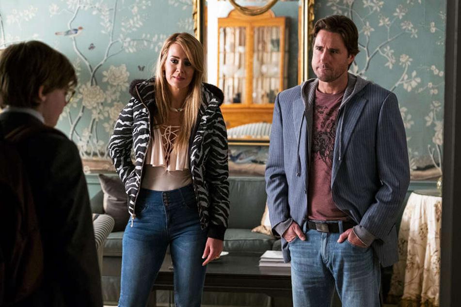 Theos Vater Larry (r., Luke Wilson) und dessen Freundin Xandra (M., Sarah Paulson) holen ihn zu sich.