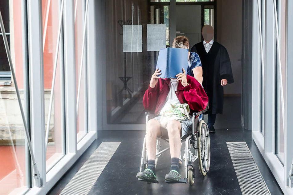 """Stadtrat Thomas Prinz (47) sitzt derzeit im Rollstuhl. Der Schuhmacher, der auf der Wahlliste als """"Gerichtsmediziner"""" stand, ohne je Arzt gewesen zu sein, ist derzeit EU-Rentner."""