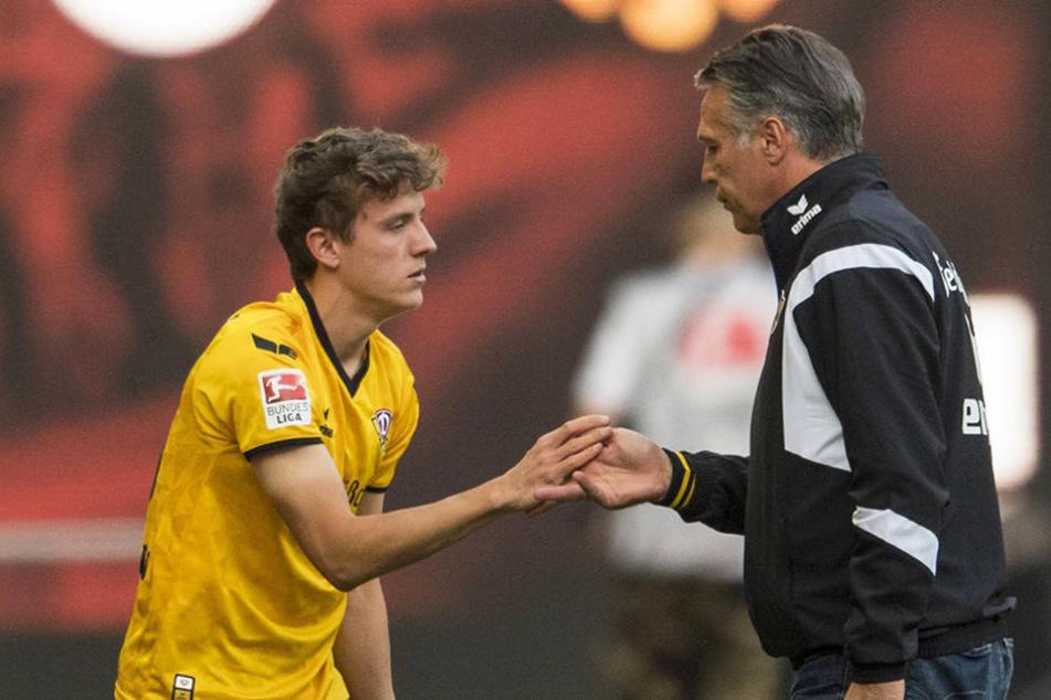 Uwe Neuhaus klatscht sich mit Niklas Hauptmann ab.
