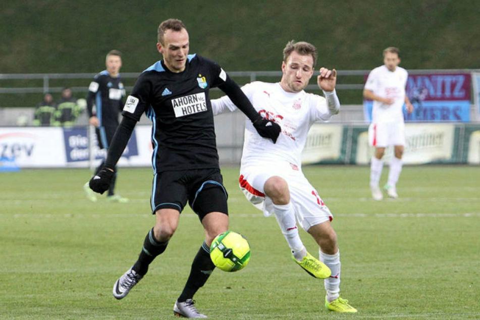 Julius Reinhardt (li., mit dem Zwickauer Mike Könnecke) wollte mit Chemnitz in die zweite Liga. Nun droht der Absturz in die Viertklassigkeit.