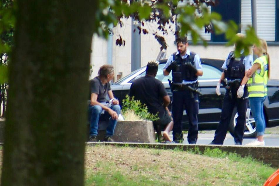 Polizisten kontrollieren am Ebertplatz mutmaßliche Drogenhändler.