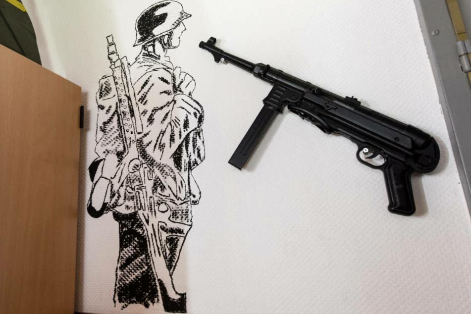 Ein Maschinengewehr und ein Soldat aus dem Zweiten Weltkrieg an der Wand des Aufenthaltsraum der Kaserne in illkirch, in der Franco A. stationiert war.