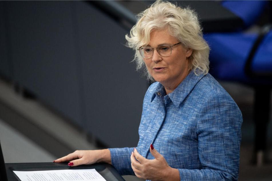 Christine Lambrecht (54, SPD), Parlamentarische Staatssekretärin beim Bundesminister der Finanzen, spricht bei der 55. Sitzung des Deutschen Bundestags. (Archivbild)