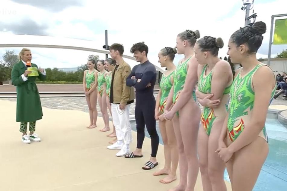 Heftig am Zittern: Während Roman Lochmann einen Neopren-Anzug bekommt, müssen die Synchronschwimmerinnen im Badeanzug ran.
