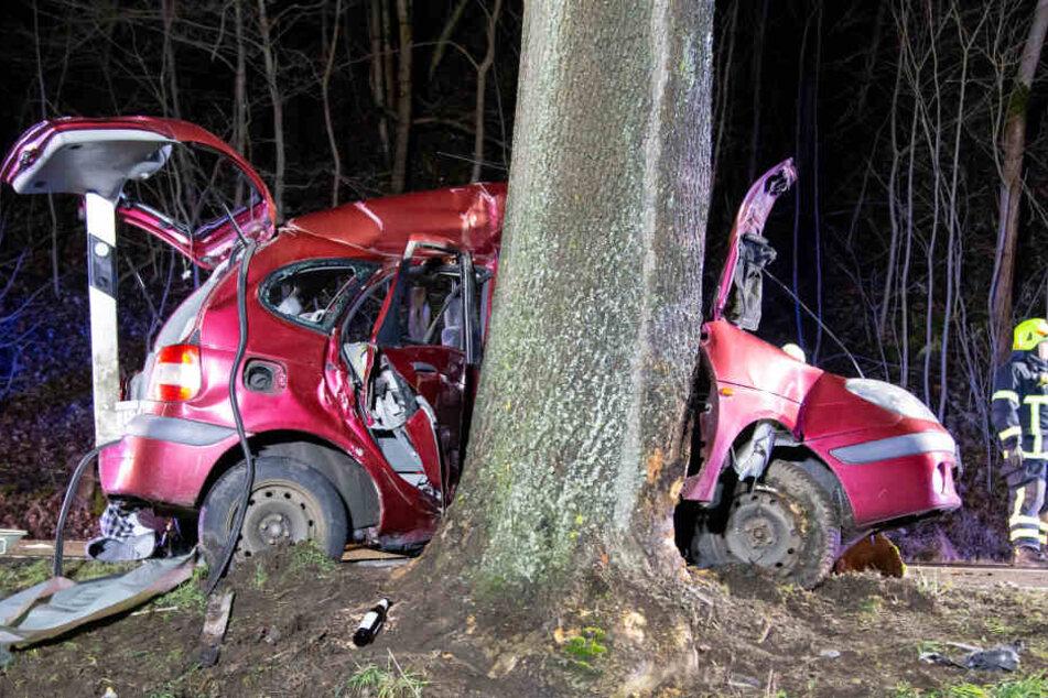 Betrunken gefahren? Vater wird aus Wagen geschleudert und lebensbedrohlich verletzt