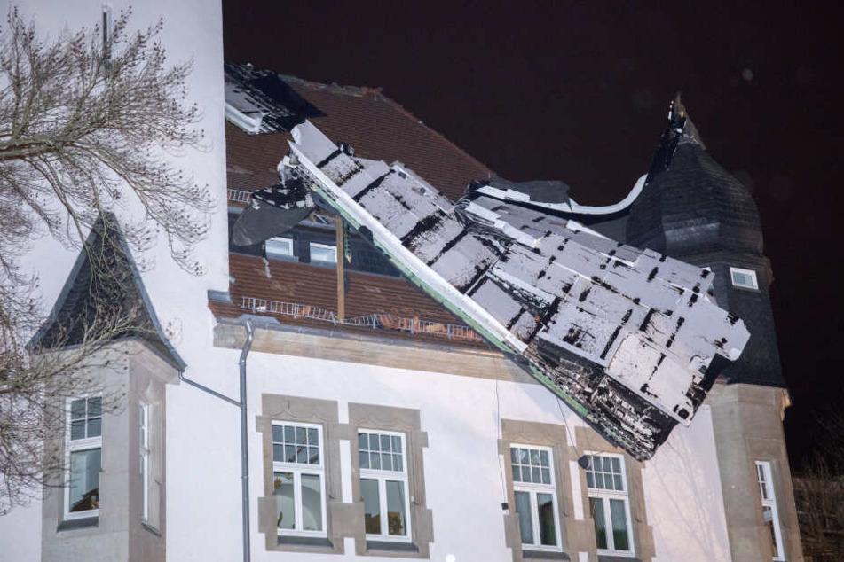 """Ganzes Dach von Pflegeheim abgedeckt: Sturm """"Eberhard"""" wütet über Sachsen"""