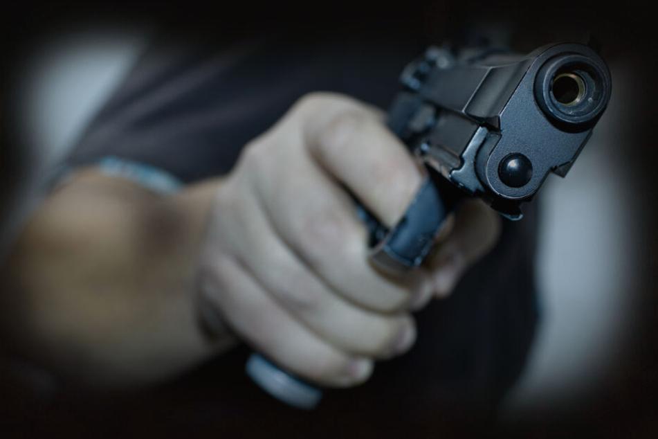 Leipzig: Mann in Leipzig mit pistolenähnlichem Gegenstand überfallen