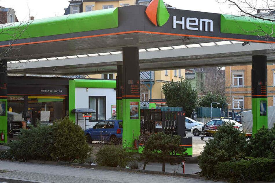 In Leipzig ist wohl aufgrund des Brandes der Erdölraffinerie in Leuna der Benzin-Notstand ausgebrochen.