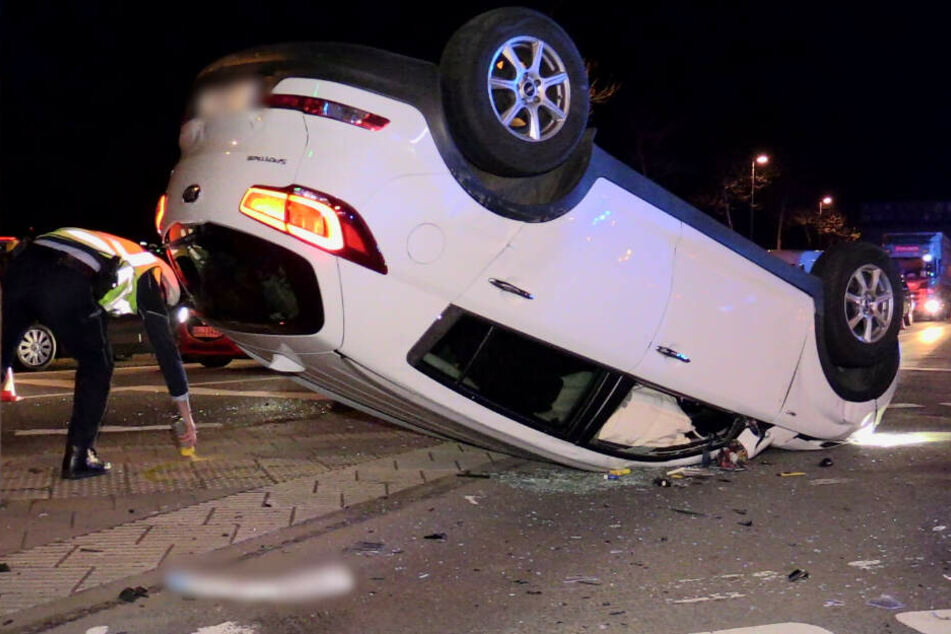 Nach dem Crash blieb der KIA auf dem Dach liegen.