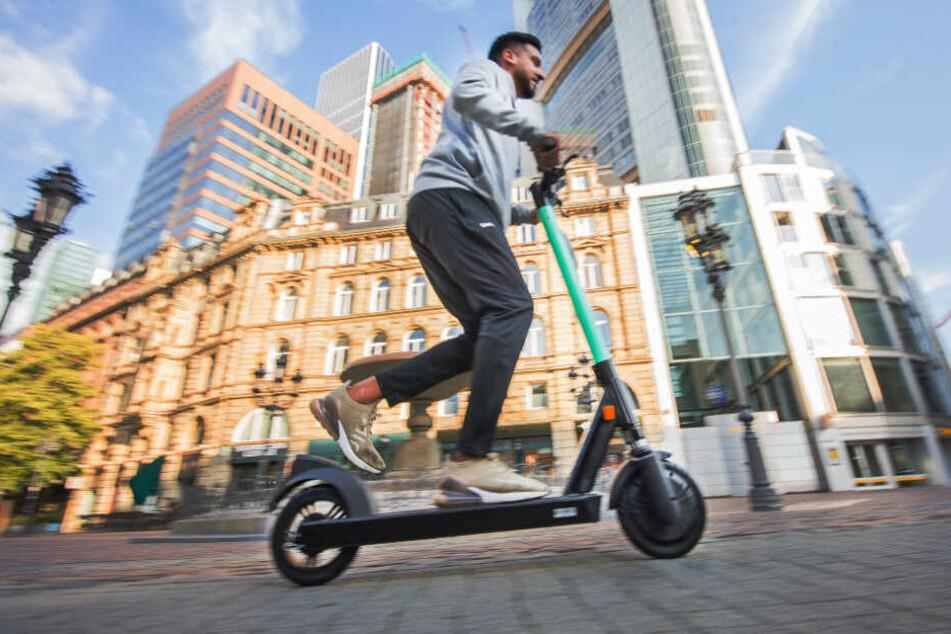 Mit einem E-Scooter lässt es sich bequem und einfach durch die Stadt fahren.
