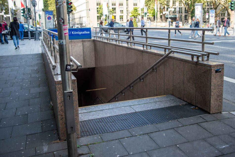 Auf den Treppen des U-Bahnhofs Steinstraße/Königsallee wurde der 23-Jährige niedergestochen.