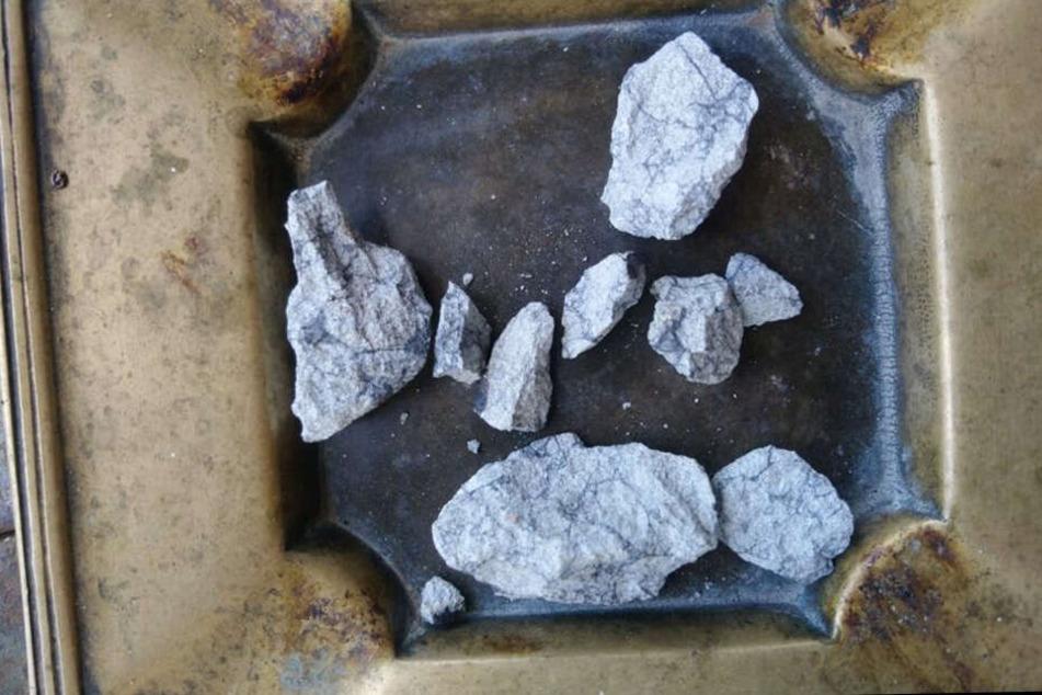 Diese Splitter stammen vom Meteoriten.