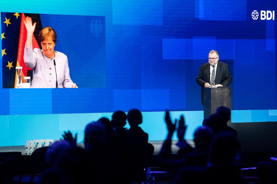 Die per Video live zugeschaltete Bundeskanzlerin Angela Merkel (66, CDU) beim Tag der deutschen Industrie neben Siegfried Russwurm (57, r), Präsident des Bundesverbandes der Deutschen Industrie in Berlin.
