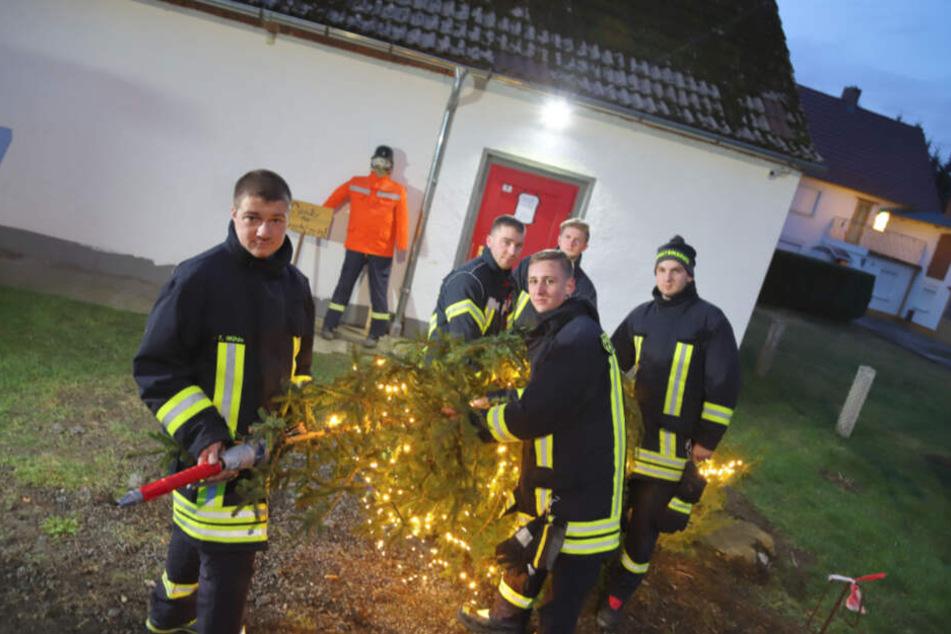 Vereins-Chef Tobias Mühle (27) und seine Kameraden richteten am Dienstag den Baum wieder auf.