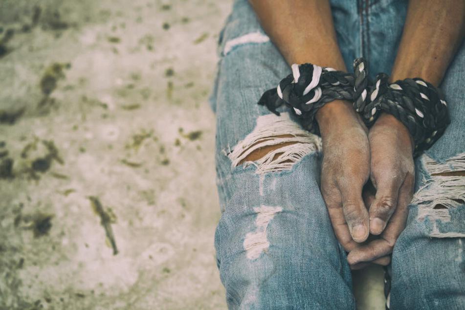 Dazu soll der Gefangene des Trios bedroht worden sein (Symbolfoto).