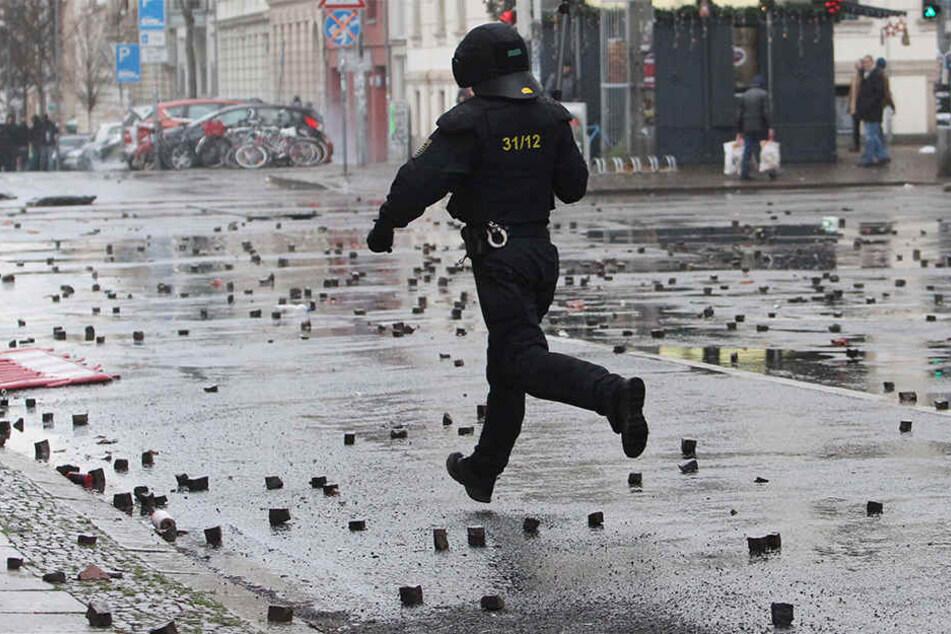 Der Antifa wird vorgeworfen, am 12.12.2016 mit Gewalt gegen Einsatzkräfte der Polizei vorgegangen zu sein.