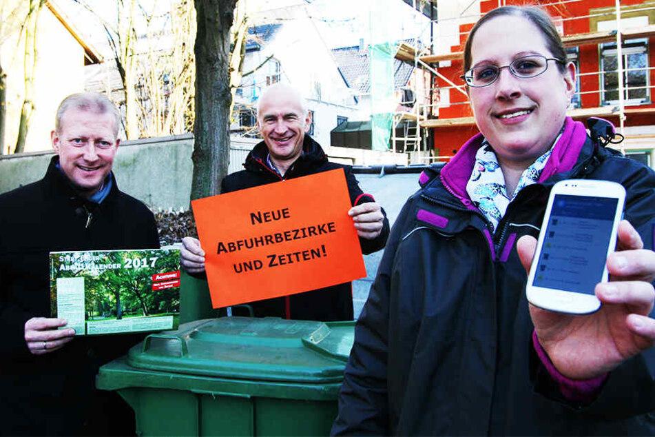 Bürgermeister Thomas Meyer (li.), Fachbereichsleiter Gerd Althoff und Meike Kornblum von der Stadt haben die neue App präsentiert.