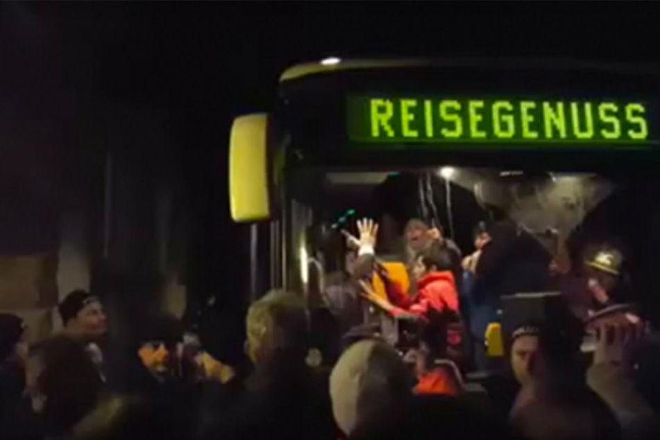 Ein grölender Mob hatte im Februar versucht einen Bus mit Flüchtlingen an der Weiterfahrt zu hindern.