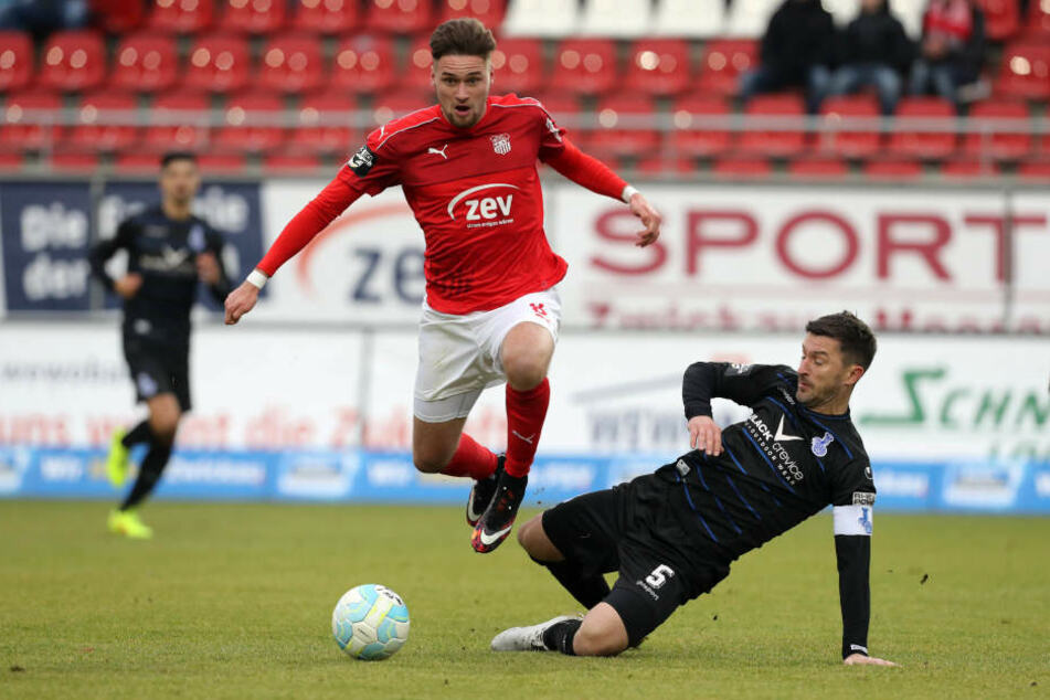 Jonas Nietfeld (FSV) im Zweikampf mit Branimir Bajic (Duisburg)