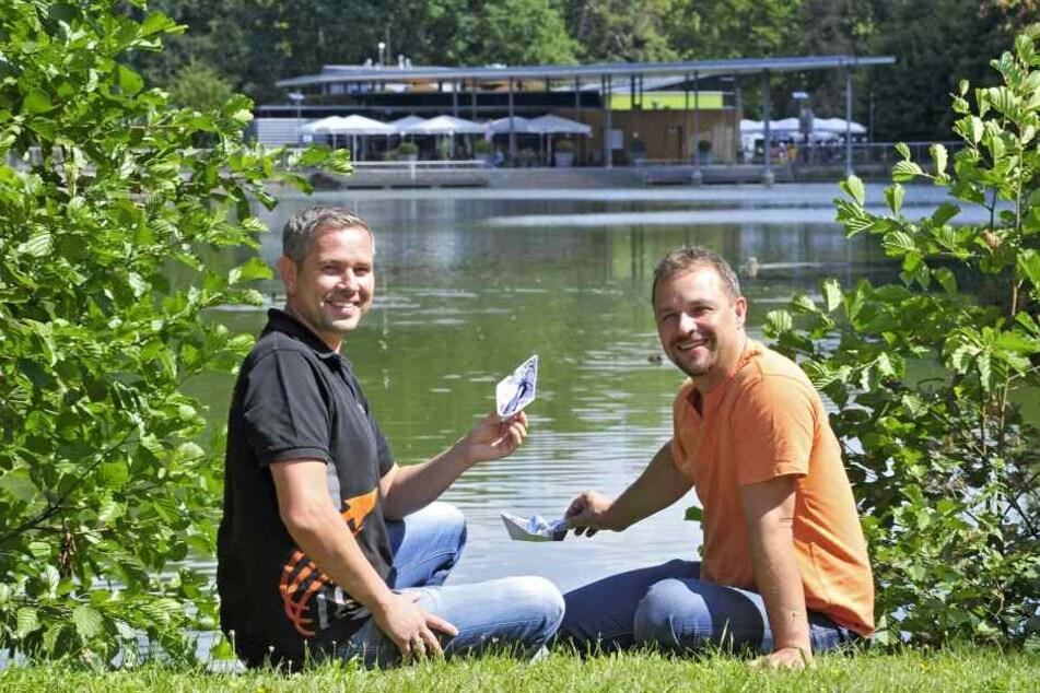 Thomas Röthe (39, Betriebsleiter) und André Gruhle (42) wollen am Teich an der Pelzmühle wieder zum Gondeln einladen.