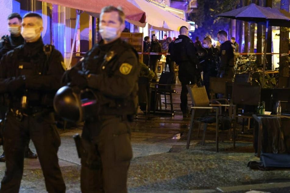 """Polizeikräfte nach der eskalierten Kontrolle vor der Shisha-Bar """"Majestät Lounge"""" an der Leipziger Karl-Liebknecht-Straße. Drei Beamte wurden bei dem Vorfall verletzt."""