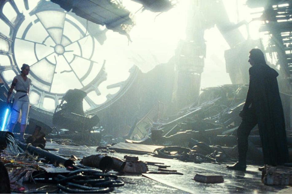 Mehrfach kommt es zwischen Rey (l., Daisy Ridley) und Kylo Ren (Adam Driver) zum Kampf.