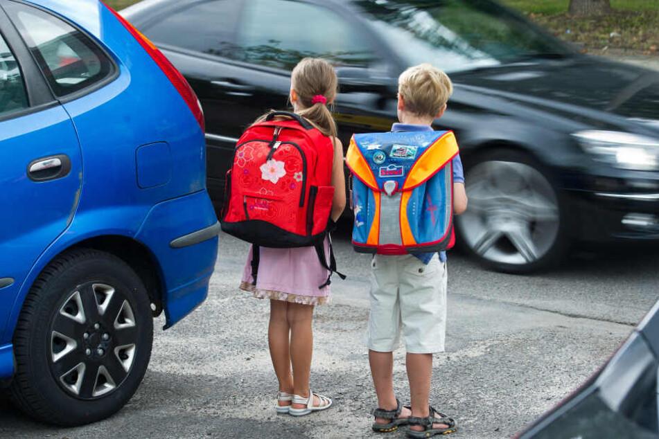 Könnte man das Elterntaxi auch mal stehenlassen? Die beiden Grundschüler Amy und Luca üben schon mal das Verhalten auf dem Schulweg und das richtige Überqueren einer Straße.