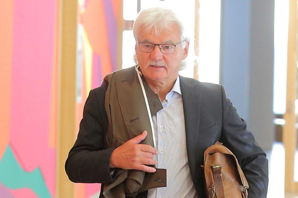 Jugendamtsleiter Claus Lippmann (65) auf dem Weg zum Gerichtssaal.
