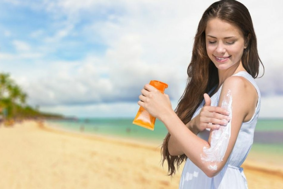 Besonders Menschen mit heller Haut brauchen am Strand Sonnencreme.