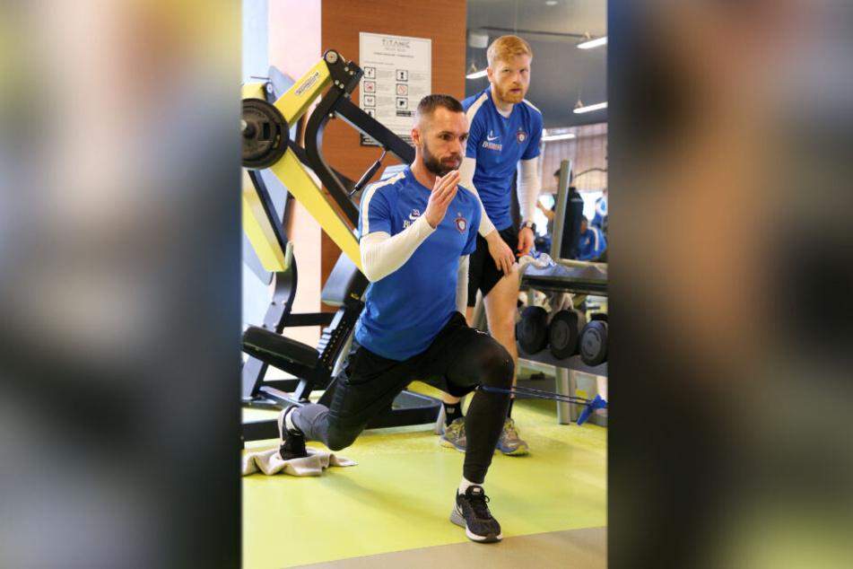 Januar 2019, auch in Belek: Spieler Christian Tiffert (vorn) schwitzt im Trainingslager des FCE Aue.