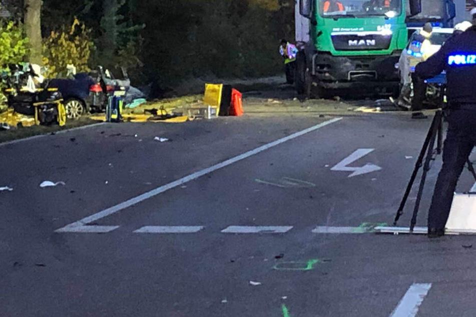 Tödlicher Unfall: Audi kollidiert mit Mazda, Fahrer (20) stirbt noch am Unfallort