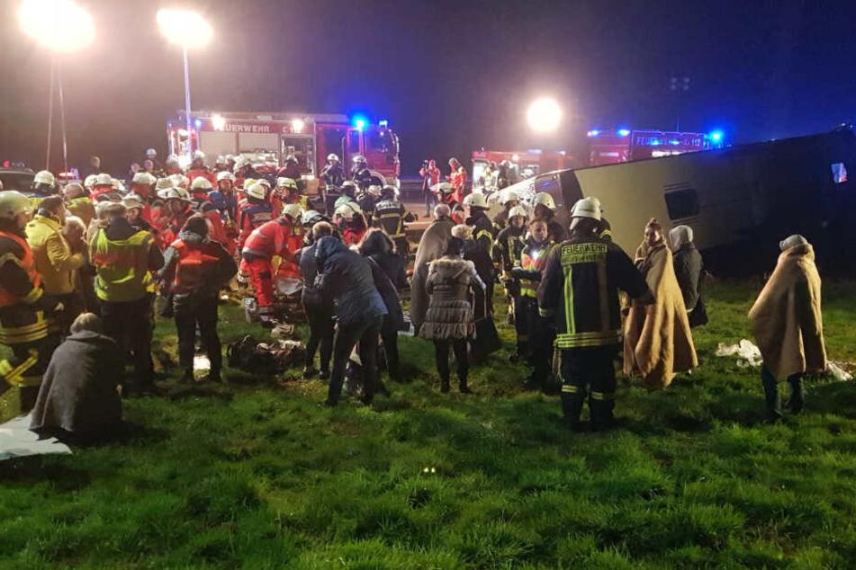 Die Rettungskräfte kümmern sich um die verletzten und geschockten Reisegäste.