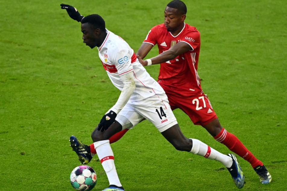 In diesem Zweikampf mit Ex-Bayern-Star David Alaba (29, r.) hat sich Silas Katompa Mvumpa (22) das Kreuzband gerissen.