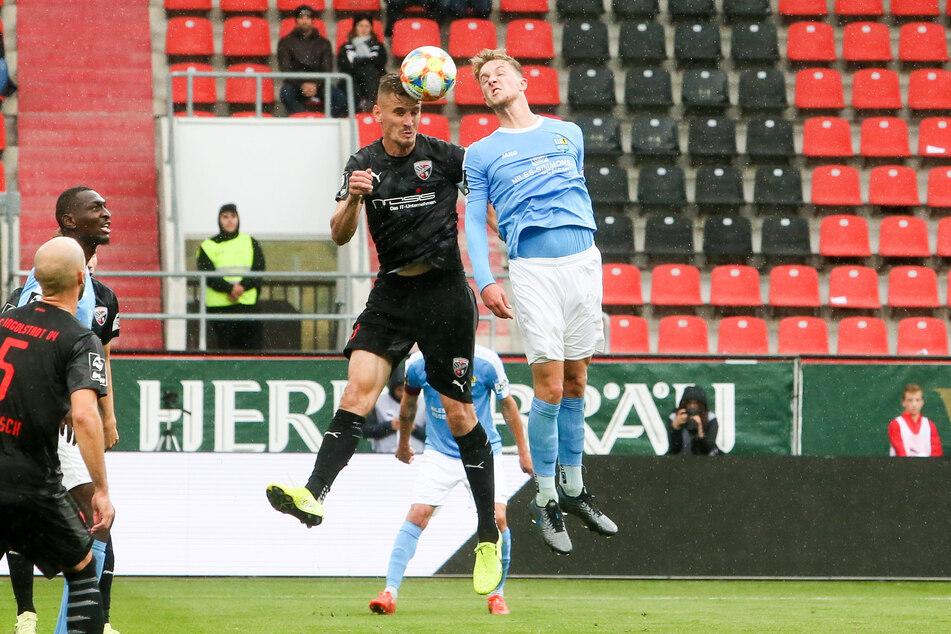 Am 19. Oktober schaffte der CFC ein 1:1 in Ingolstadt. Hier stieg der Chemnitzer Tim Campulka (r.) zum Kofballduell mit Stefan Kutschke hoch.