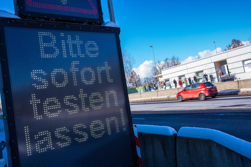 Zahlreiche Menschen stehen an der bayerisch-tschechischen Grenze bei Schirnding für einen Coronatest an.