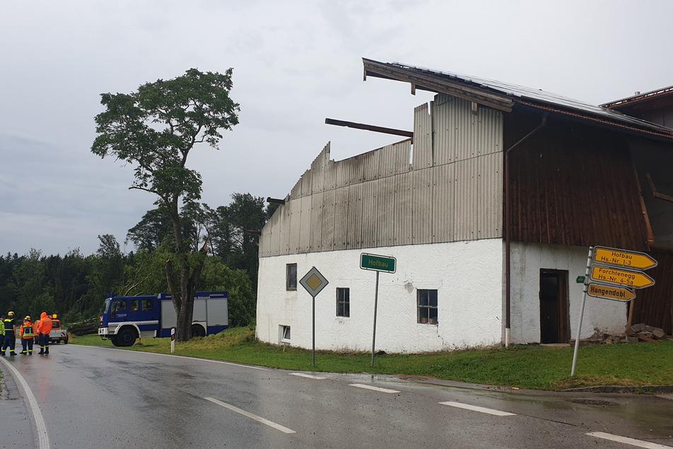 Teilweise wurden durch das Unwetter bei Wohnhäusern schwere Schäden am Dachstuhl verursacht.