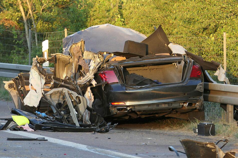 Die Fahrerseite des BMW ist aufgerissen. Mit hoher Geschwindigkeit war der Wagen in einen Sattelzug gerast.