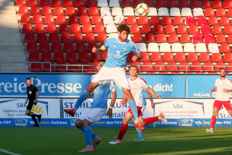 Der Kapitän bleibt an Bord! Niklas Hoheneder (beim Kopfball) geht mit dem CFC in die Regionalliga.