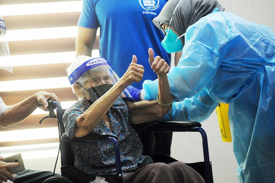 Eine 101-Jährige erhält ihre zweite Impfdosis. In Israel hätte die Frau in wenigen Monaten Anspruch auf eine Drittimpfung.