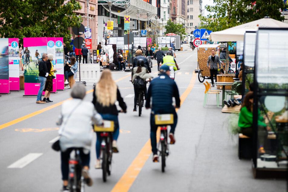 Fahrradfahrer fahren auf dem autofreien Teil der Friedrichstraße in Berlin-Mitte.